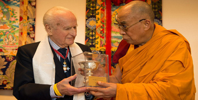 Late Mr Robert Ford (1923-2013) being presented with the Light of Truth award by His Holiness the Dalai Lama in Fribourg, Switzerland, on April 13, 2013. Photo/Manuel Bauer