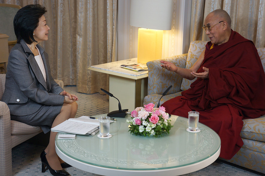 Ms Yoshiko Sakurai interviewing His Holiness the Dalai Lama in Tokyo, Japan on November 21, 2013. Photo/Jeremy Russell/OHHDL