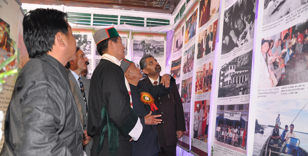 Chief Minister Virbhadra Singh and Sikyong Dr. Lobsang Sangay visit photo exhibition on Tibet during the Himalayan Festival in Shimla on 23 November 2013/DIIR photo