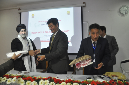 Sikyong honours Vice-Chancellor Gurjeet Singh after delivering a lecture on Tibet at the National Law University and Judicial Academy in Guwahati, Assam, on 5 February 2014