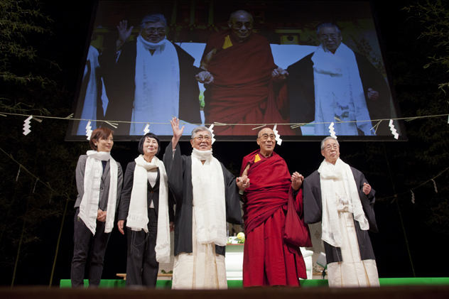 His Holiness the Dalai Lama with Shinto priests and members of the organising committee during the special prayer service in Sendai, Japan, on 7 April 2014/Photo/Office of Tibet