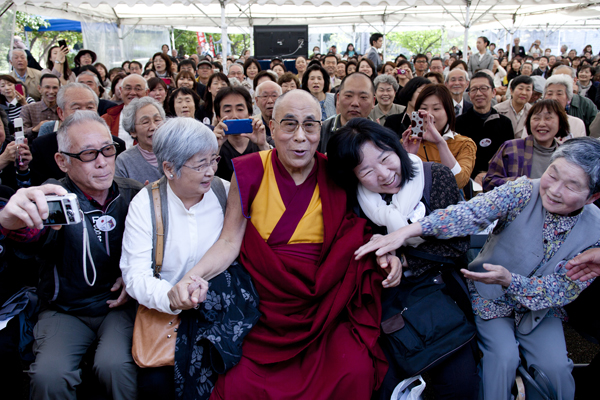 His Holiness the Dalai Lama poses a group photo during a public talk at Rinanji Temple in Osaka, Japan, on 9 April 2014/Photo/Office of Tibet