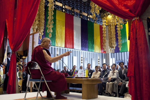 His Holiness the Dalai Lama speaking at Rinanji Temple in Osaka, Japan, on 9 April 2014/Photo/Office of Tibet