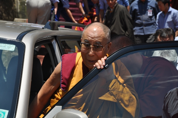 His Holiness the Dalai Lama arrives at the venue of  the two-day teachings for Tibetan youth. (DIIR Photo/ Tenzin Phende)