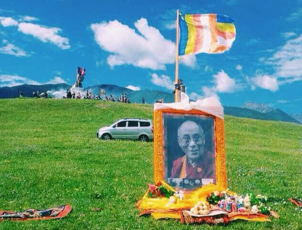 Offerings are placed below a portrait of the Dalai Lama in Sichuan province's Tawu county, July 6, 2014. (RFA Photo)