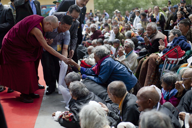 Devotees attending the 33rd Kalachakra teachings receive blessings from His Holiness the Dalai Lama in Ladakh/Photo/Tenzin JIgme, Japan