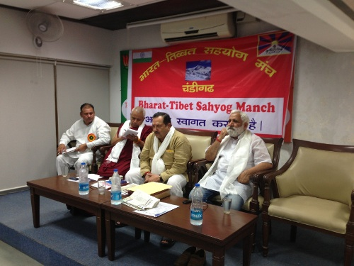 Shri Indresh Kumar and members of the Borth India Bharat Tibbat Sahyog Manch at the meeting.