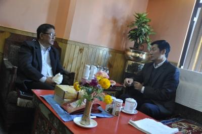 Sikyong avec M. Tenzin Gelek Rinpoché, Secrétaire du Département des affaires ecclésiastiques, Sikkim.