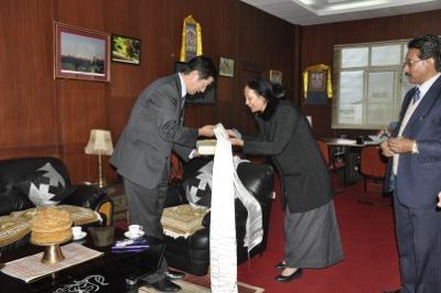 Sikyong échanger des salutations avec Mme Rinchen Ongmo, secrétaire en chef du Sikkim.