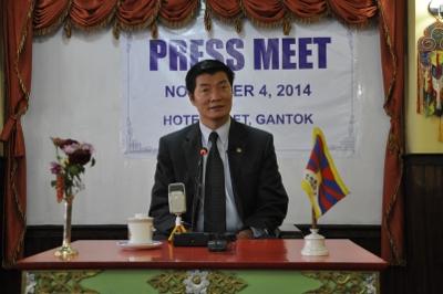 Sikyong lors d'une conférence de presse à Gangtok.