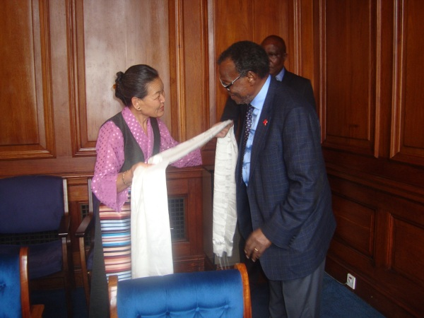 Ms. Nangsa Choedon, Representative of His Holiness the Dalai Lama greeting Prince Buthelezi at Cape Town, South Africa.