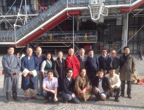 M. Tseten Samdup, représentant de Sa Sainteté le Dalaï Lama tibétain et parlementaires Ven.  Thubten Wangchen et M. Wangpo Tethong avec tibétains dirigeants communautaires de l'Europe.