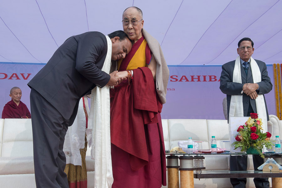 Principal Dr. V. Singh thanking His Holiness the Dalai Lama after his talk at the Dayanand Anglo-Vedic (DAV) School in Ghaziabad, UP, India on January 27, 2015. Photo/Tenzin Choejor/OHHDL