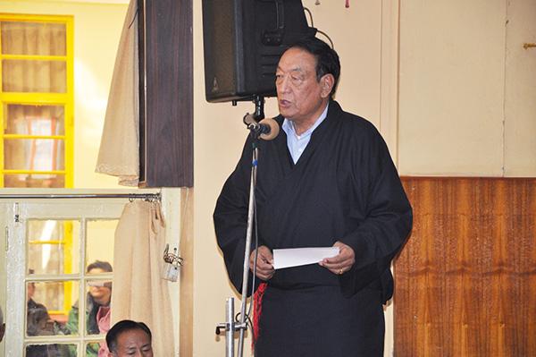 Kalon Pema Chhinjor addressing the prayer service to mourn self-immolator Norchuk at Tsuglagkhnag, 13 March 2015. (DIIR Photo)