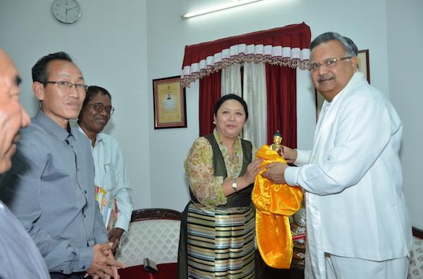Home Kalon Dolma Gyari presenting a souvenir to Dr. Raman Singh, Chief Minister of Chattisgarh.