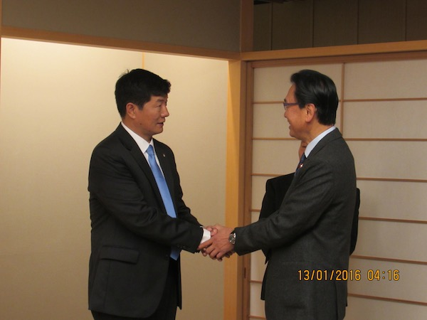 A member of Japanese Parliament welcoming Sikyong Dr Lobsang Sangay to the breakfast meeting, 13 January 2016.