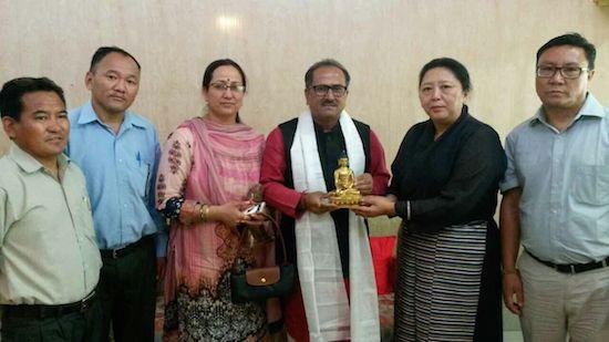 Home Kalon presenting a Souvenir to Deputy Chief Minister Dr Nirmal Kumar Singh.