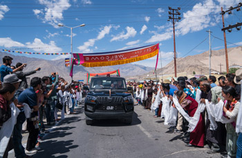 Some of the thousands of people lining the road from the airport to Shewatsel Phodrang to greet His Holiness the Dalai Lama as he arrives in Leh, Ladakh, J&K, India on July 25, 2016. Photo/Tenzin Choejor/OHHDL