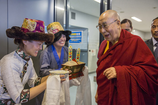 Members of the Tibetan community offer His Holiness the Dalai Lama a traditional welcome on his arrival at Narita Airport in Narita, Japan on November 8, 2016. Photo/Jigme Choephel