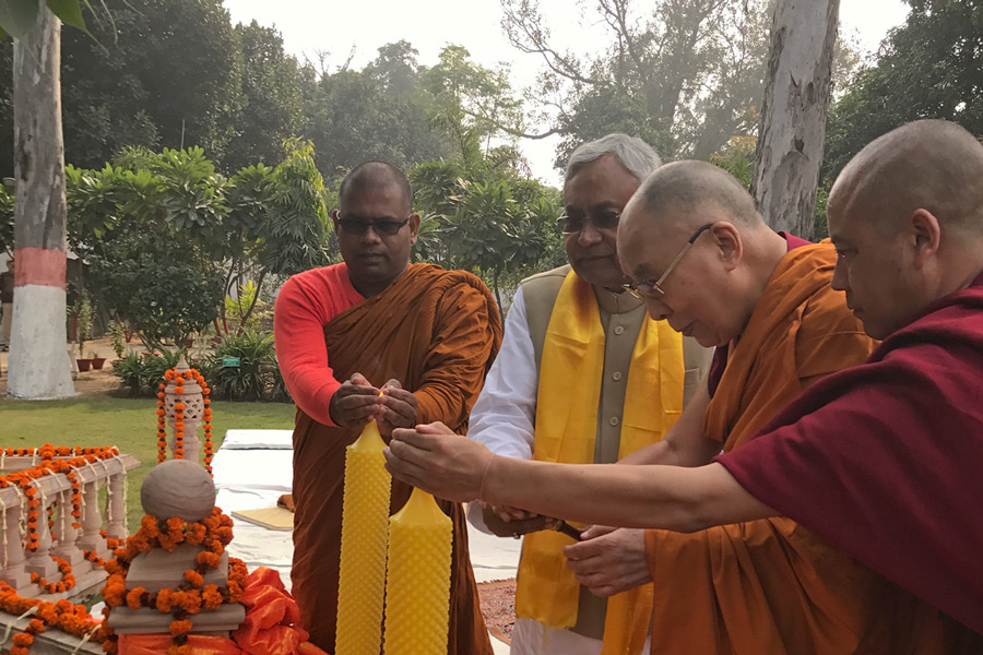 His Holiness the Dalai Lama and Bihar Chief Minister Nitish Kumar lighting candles on their arrival at Buddha Smriti Park in Patna, Bihar, India on December 28, 2016. Photo/Tenzin Taklha/OHHDL