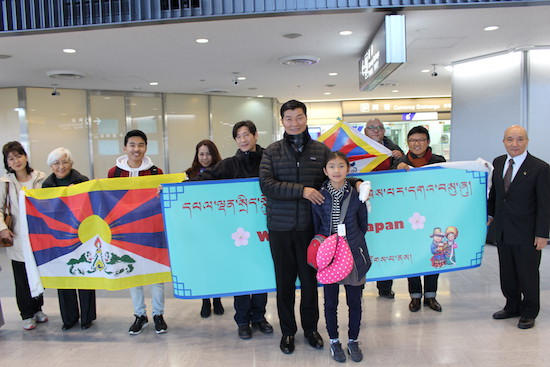 Japanese friends and members of the Tibetan community welcome Tibetan political leader Dr Lobsang Sangay on his arrival for his third official visit to Japan, on 4 February 2017/Photo/Office of Tibet