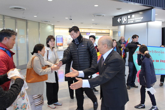 Japanese friends and members of the Tibetan community welcome Tibetan political leader Dr Lobsang Sangay on his arrival for his third official visit to Japan, on 4 Feb. 2017/Photo/Office of Tibet