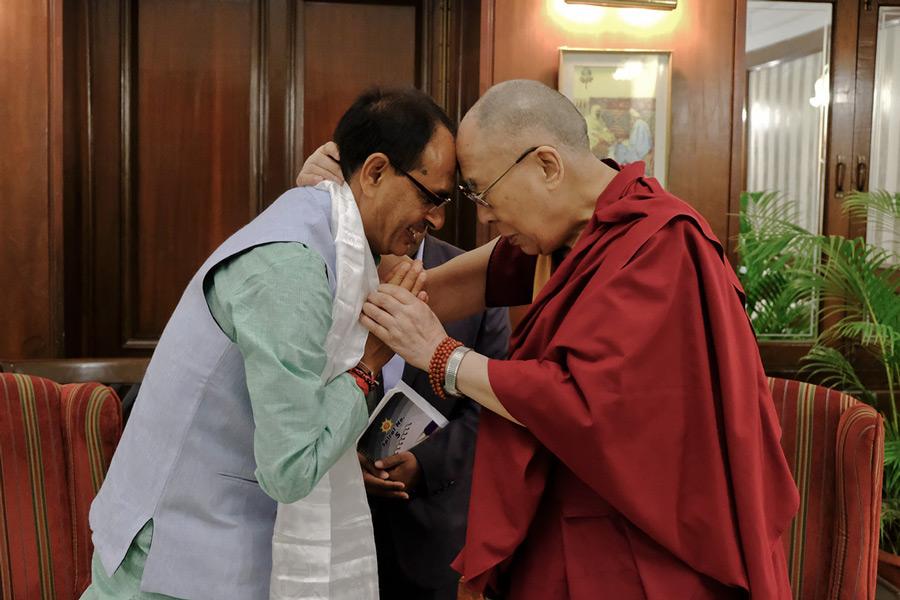 His Holiness the Dalai Lama and Madhya Pradesh Chief Minister Shivraj Singh Chouhan in Bhopal, Madhya Pradesh, India on March 19, 2017. Photo by Chemey Tenzin/OHHDL