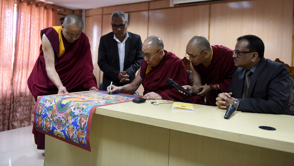 His Holiness the Dalai Lama signing a traditional painting of the Buddha with the 17 Nalanda Masters that he presented to Nava Nalanda Mahavihara University in Rajgir, Bihar, India on 18 March 2017. Photo/Tenzin Phende/DIIR
