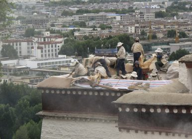 Workers restore part of the Potala Palace in Lhasa, Tibet Autonomous Region (June 29, 2010). Image Credit: REUTERS/Ben Blanchard
