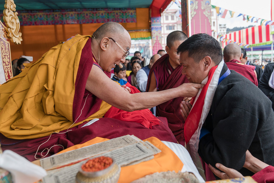 Arunachal Chief Minister Pema Khandu thanking His Holiness the Dalai Lama at the conclusion of his teachings at Buddha Park in Bomdila, Arunachal Pradesh on April 5, 2017. Photo by Tenzin Choejor/OHHDL