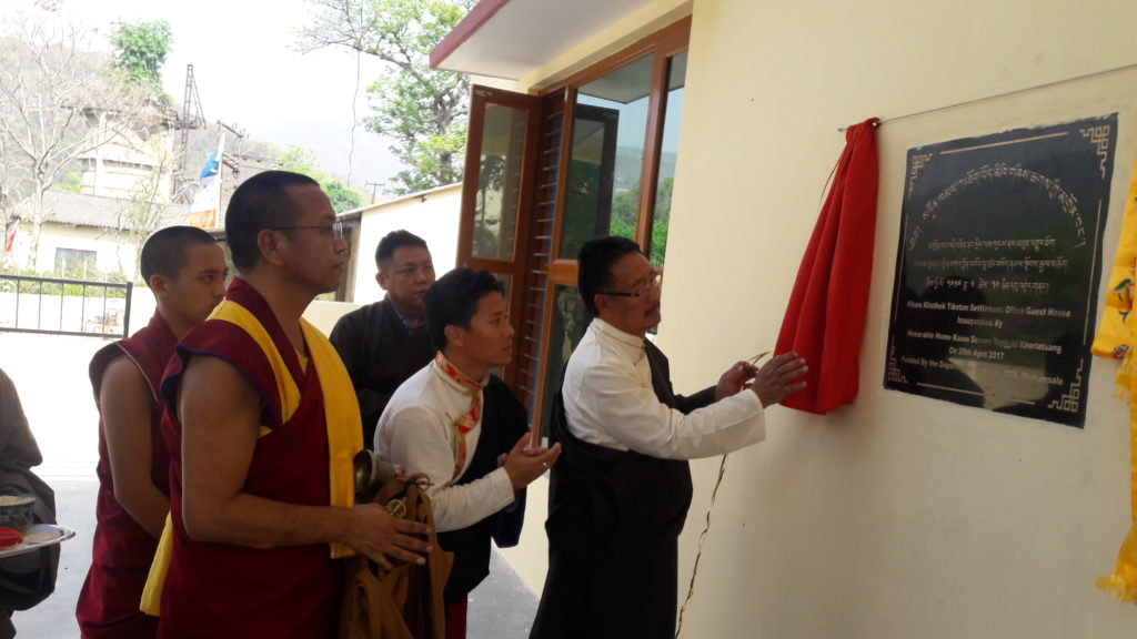 Home Kalon unveiling the plaque of the guest house.