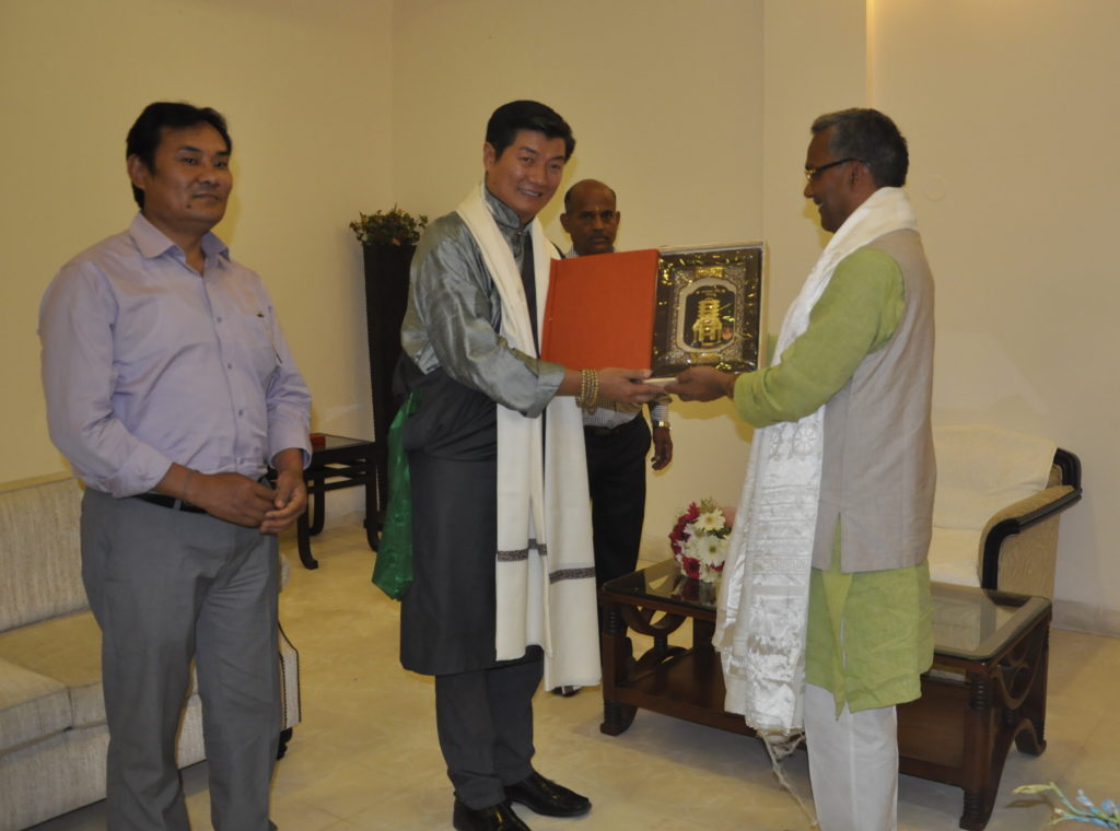The Chief Minister presenting a gift to Sikyong Dr Lobsang Sangay.