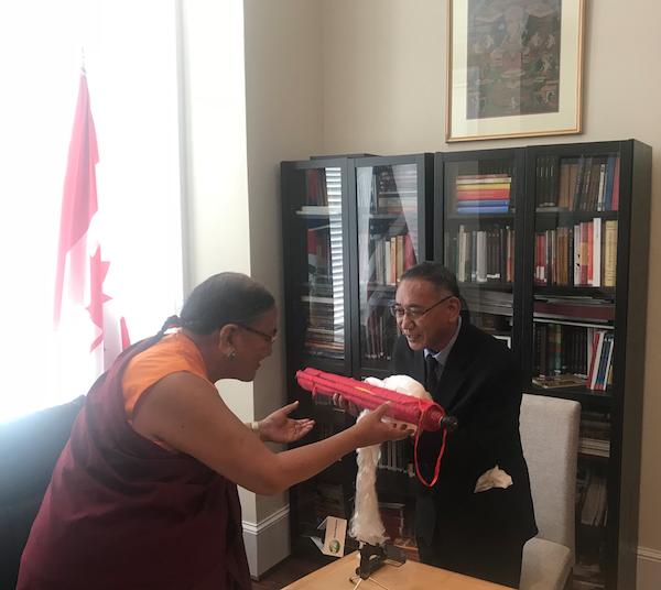 Sakya Gongma Trichen Rinpoche Visits Office of Tibet