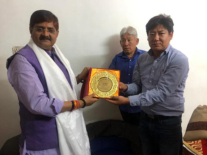 Parliamentarians present a souvenir of Tibetan Parliament-in-Exile to Jharkhand MLA from Dhanbad, Shri Raj Sinha. Photo/ Tibetan Parliamentary Secretariat