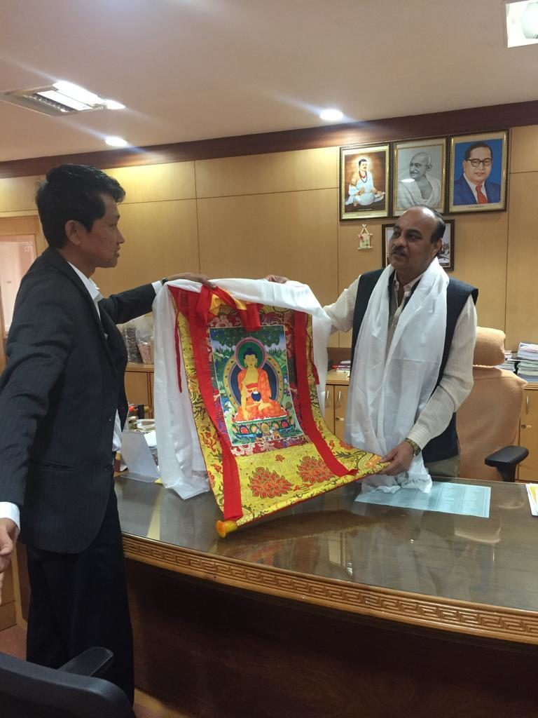 Settlement Officer Lhakpa Tsering offers a traditional white scarf & Thangka to Vice-Chancellor of Dharwad Agriculture University.