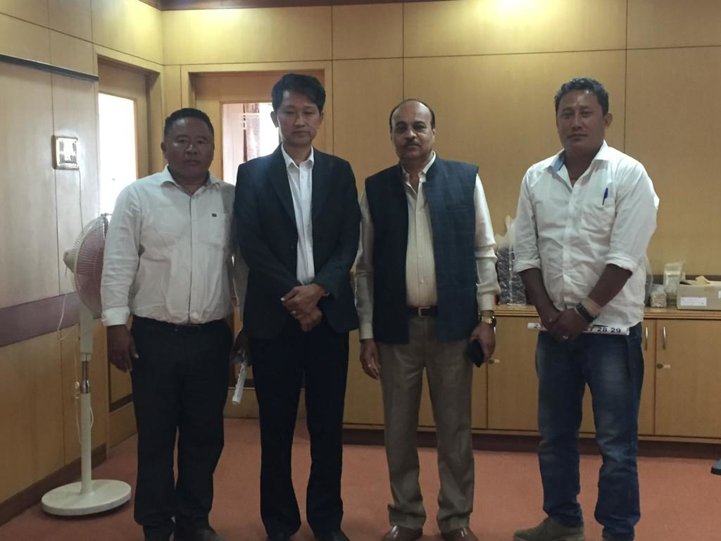 A group photo of the Mundgod TSO delegation led by SO Lhakpa Tsering with the Vice-Chancellor.