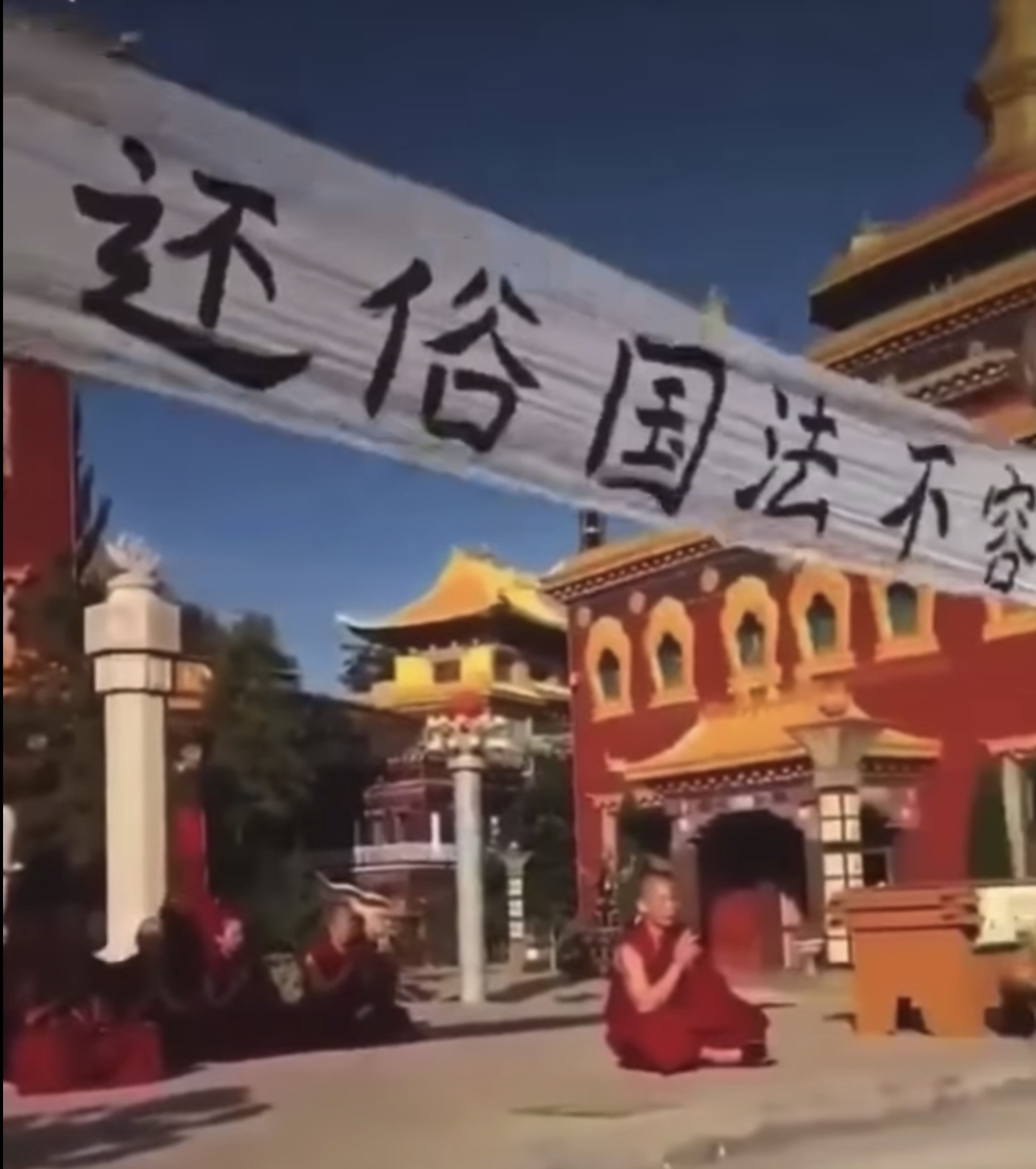 Monks and Nuns staged a sit-in protest agains the forced eviction by local Chinese authorities.